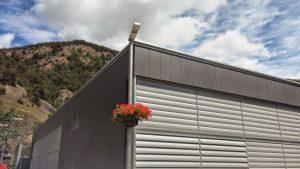 Façana ventilada. Última tecnologia en aïllament. La façana ventilada és el sistema d'aïllament tèrmic per l'exterior més avançat dels que instal·lem. A la façana ventilada s'ajunten els avantatges de col·locar l'aïllament tèrmic per l'exterior amb la possibilitat d'instal·lar una gran varietat d'acabats com a revestiment final, com són el fibrociment, el gres porcellànic, el gres extrussionat, el panell fenòlic o la pedra natural.