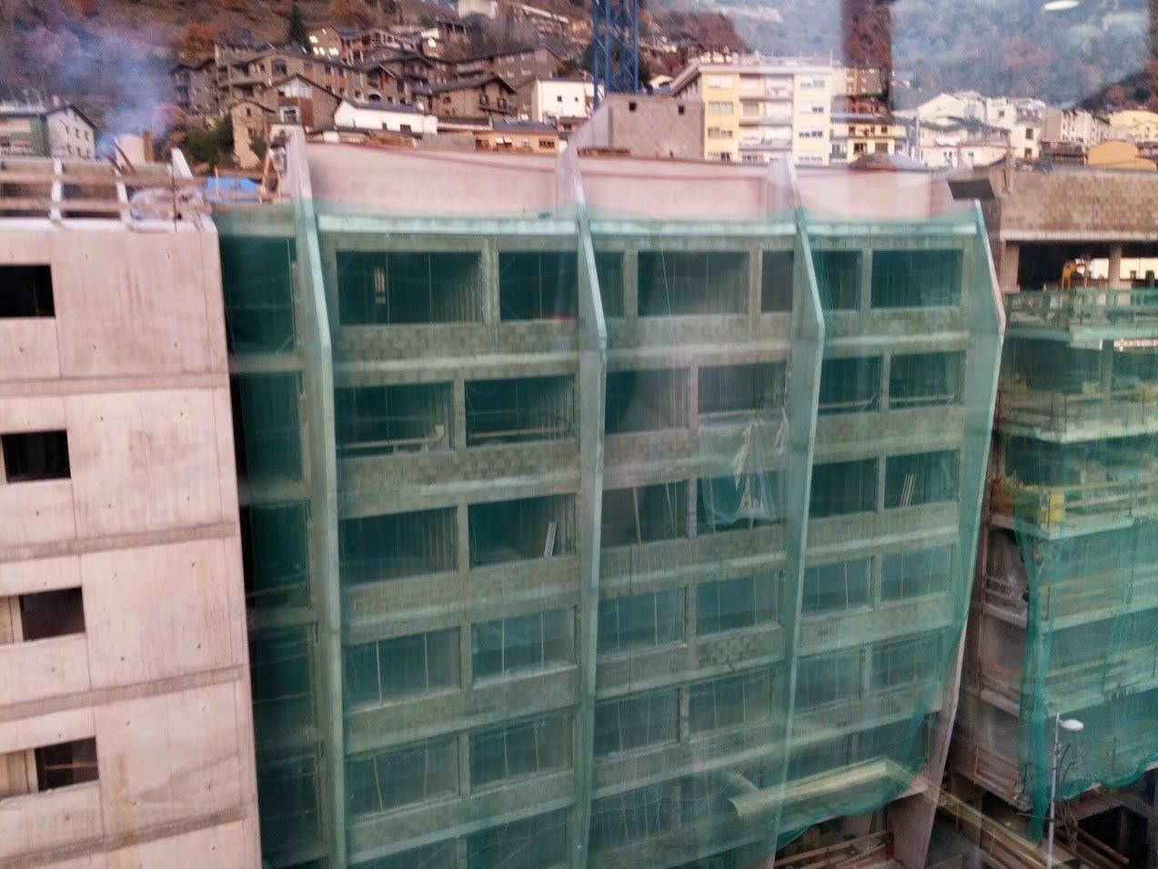 Què és el formigó? El formigó és un dels materials més importants en la construcció d'edificis, ponts, preses i altres grans estructures. Es tracta d'una mescla de ciment, sorra, aigua i grava, que mentre es prepara és un material pastós, però quan es deixa reposar i s'adorm, és a dir, s'asseca, s'endureix i es fa molt resistent. Per aquest motiu es fa servir per a construir l'estructura dels edificis. El formigó no és un invent modern: els romans ja feien servir aquest material i, per exemple, van construir la cúpula del Panteó posant formigó sobre un gran motlle de fusta, obtenint així la cúpula d'una sola peça. El formigó armat és el formigó al qual s'han afegit unes vares llargues de ferro abans que s'endureixi. D'aquesta manera es guanya molta més resistència i se sol emprar per a fer pilars.